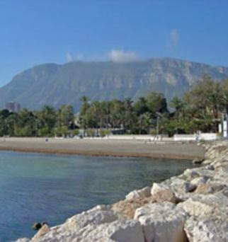 Blick auf den Berg Montgo aus dem Hafen Las Marinas in Denia